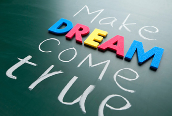 """Make your dream come true"" que significas ""haga su sueño realidad"" en letras de colores en la pizarra."